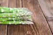 Grüner Spargel auf Holz III