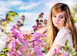 Frühling: Junge Frau in märchenhafter Blumenwiese