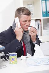 Mann krank im Büro