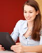 Attraktive junge Frau mit tablet-pc