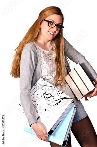 Junge Studentin mit Ordner und Büchern