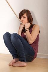 Das junge Mädchen mit einem Strick um den Hals