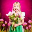 junges Mädchen mit Tulpenstrauß