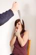 Der Mann bedroht seine Freundin mit einem Messer