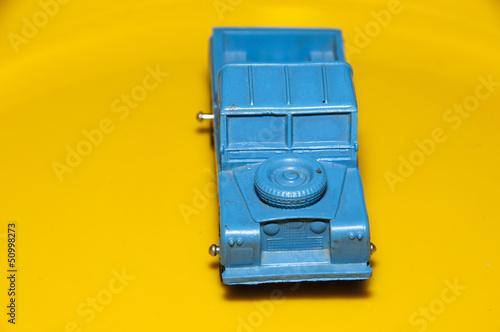 blaues Auto auf Gelb Pick up