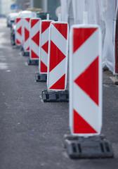Warntafeln sichern Baustellenbereich ab