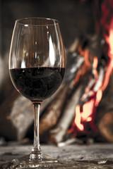 Copa de vino con hogar, fuego, chimenea de fondo