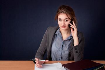 Sekratarka w pracy przy telefonie
