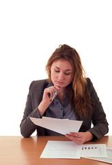 Kobieta w biurze pracuje nad zestawieniem finansowym