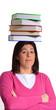 Mujer sujetando libros sobre la cabeza.