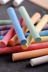 gessetti colorati sulla lavagna