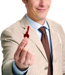Joven ejecutivo sujetando una llave roja.