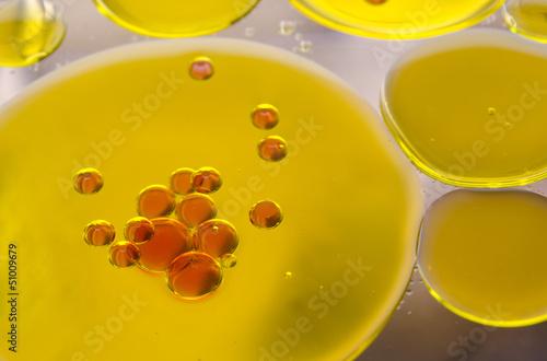 roter Saft injiziert in Pflanzenöl auf Alkohol