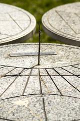 meridiana su tavolo di marmo