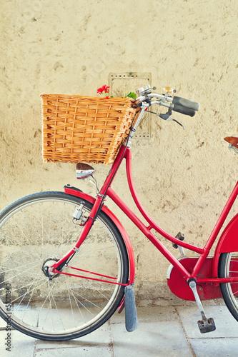 Rocznika rower z koszem na betonową ścianę