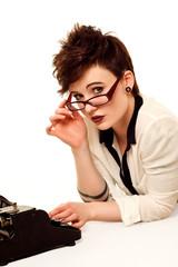 Frau an alter Schreibmaschine