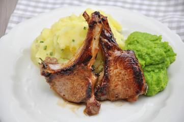 Lammkotelett mit Erbsenbrei und Kartoffeln