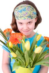 Mädchen mit Frühlingsblumen, freigestellt