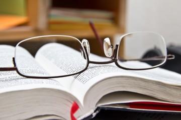 Lesebrille auf Buch