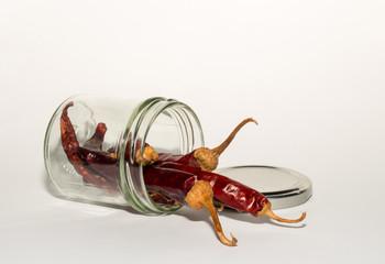 Peperoni im umgefallenen Glas