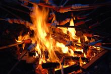 Grillen am Lagerfeuer Würstchen