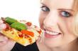 Junge Frau isst genussvoll Pizza