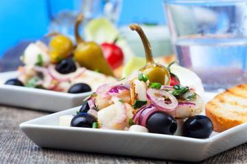 Griechischer Salat vom gegrillten Tintenfisch