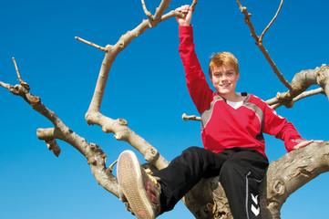 Teenager im Baum