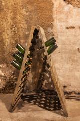 Botellas de champán en una antigua bodega