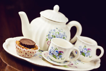 Cupcake with a note and tea