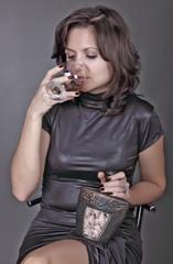 Женщина пьющая коньяк.