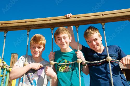 Gruppe Teenager am Klettergerüst