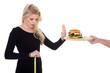 Junge Frau dankt Burger ab wegen Diät