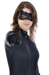 Junge Frau in Superhelden-Kostüm zeigt