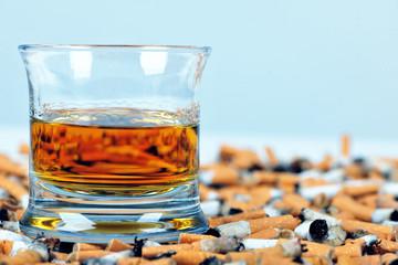Ein Drink und Zigaretten