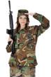 Junge Frau in Armee-Uniform hält Gewehr