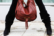 Stiefel und rote Tasche