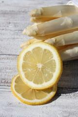 Spargel und Zitrone