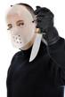 Mann mit Hockey-Maske hält Messer
