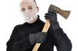 Mann mit Hockey-Maske hält Axt