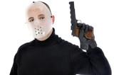 Mann mit Hockey-Maske hält Pistole
