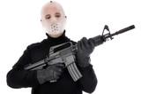 Mann mit Hockey-Maske hält Maschinengewehr