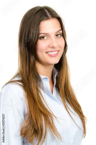 junge frau mit braunen haaren