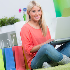 blonde junge frau kauft online ein