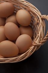 Huevos en cesta con fondo negro