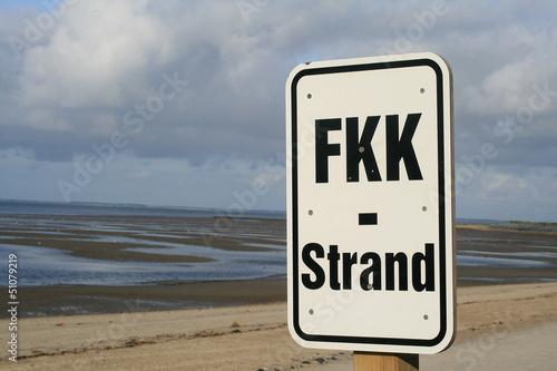 canvas print picture FKK-Schild am Suedstrand von Wyk auf Foehr mit bedecktem Himmel.