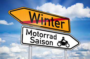 Wegweiser mit Winter und Motorradsaison