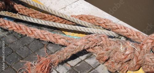 Particolare di corda per ormeggio di barche