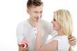 Junge hübsche Frau bekommt mit Cupcake Heiratsantrag