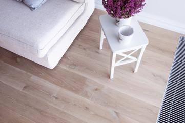 Lawenda i drewniana podłoga